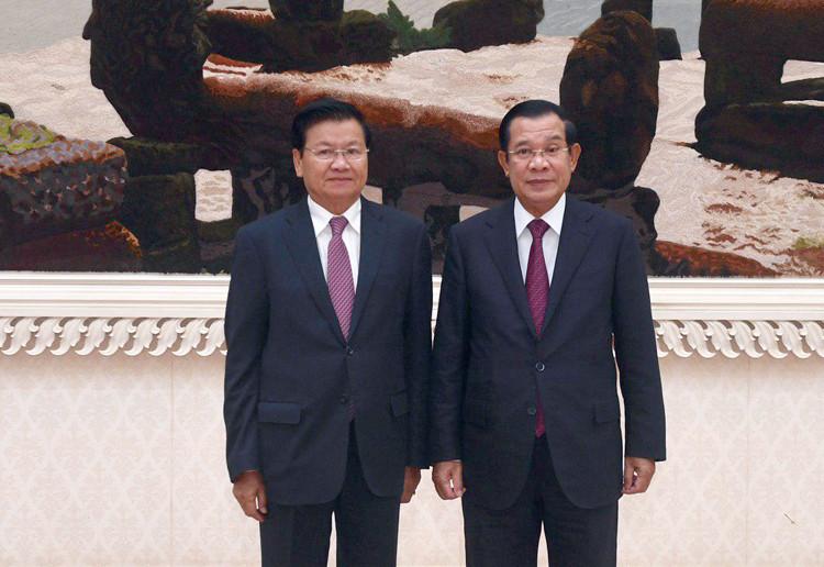 Le Premier ministre cambodgien Hun Sen et son homologue laotien, Thongloun Sisoulith