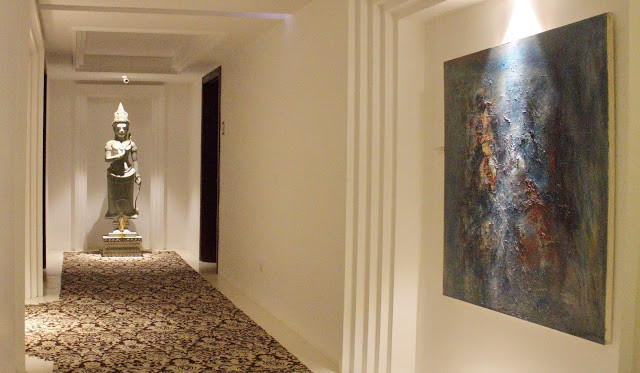 Chaque étage est protégé par une divinité et propose aussi une œuvre contemporaine, ici une peinture de Chhim Sothy