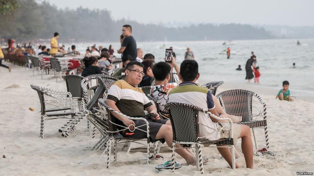 Des touristes chinois se détendent sur la plage d'Ochheuteal à Sihanoukville