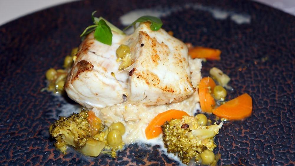 Filet de bar cuit « façon alsacienne », amoureusement déposé sur un lit de choucroute légèrement crémée.