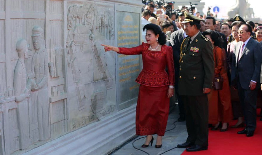 Le Premier ministre Hun Sen et son épouse lors de la visite du mémorial Gagnant-gagnant