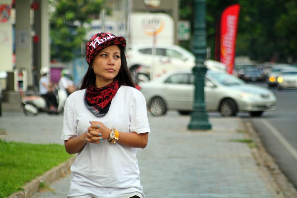 Aaliyah Khao Elle a 27 ans, elle est khmère et anime la scène cambodgienne depuis une dizaine d'années. Elle fait partie des stars les mieux payées du Royaume et sur laquelle bon nombre de marques, locales et internationales ont capitalisé. Ceux qui la suivent sur les réseaux sociaux découvrent aussi une artiste hyper active qui n'hésite pas à publier quatre à cinq fois par jour, ses photos, ses humeurs, et ses espoirs. Actrice, chanteuse, MC, danseuse, artiste hip hop, modèle photo, accepte de répondre à nos questions.