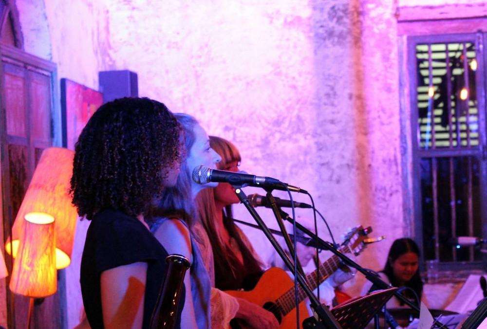 Musiciennes et  vocalistes emmenées par Carrie Herbert