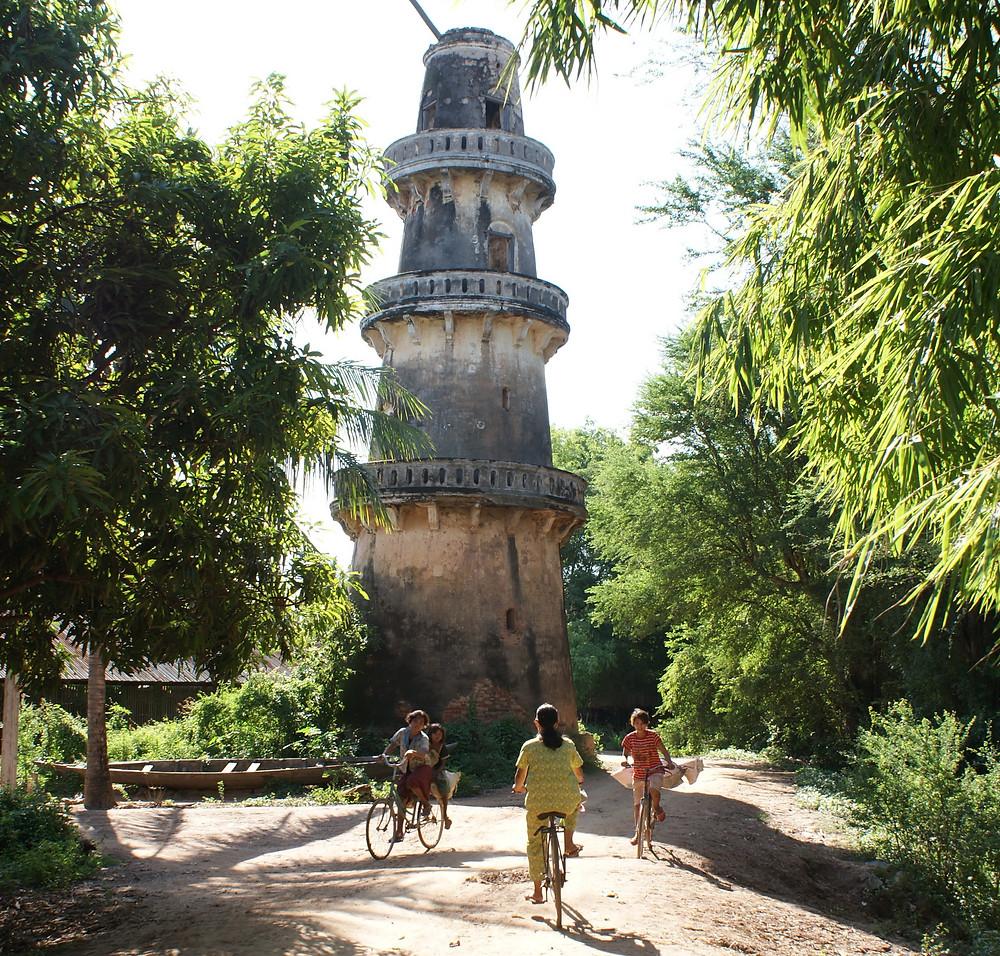 minaret à trois niveaux construit au XIXe siècle