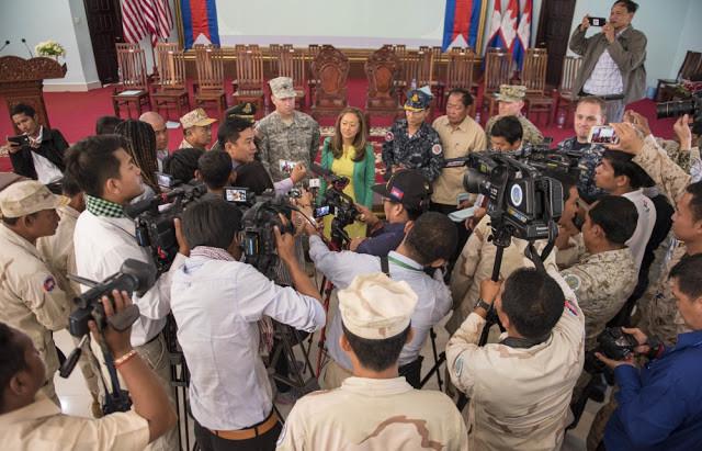 Julie Chung, Chargée de Mission à l'Ambassade des USA au Cambodge, s'adresse à la presse pour le lancement de CARAT 2016. Photographie par Joshua Fulton