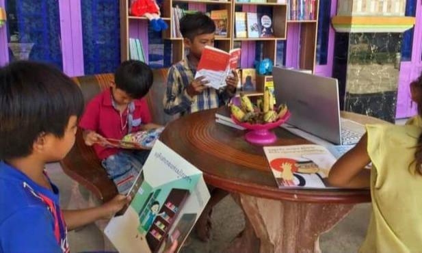 Des enfants lisent des livres dans l'une des bibliothèques fondées par Heang Kong. Photo fournie.