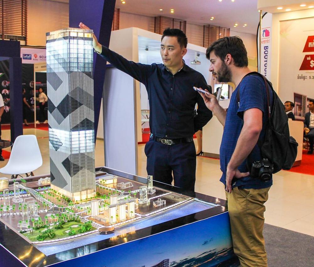 Hugo Bolorinos avec Zhao Haobin employé chez Morgan Tower