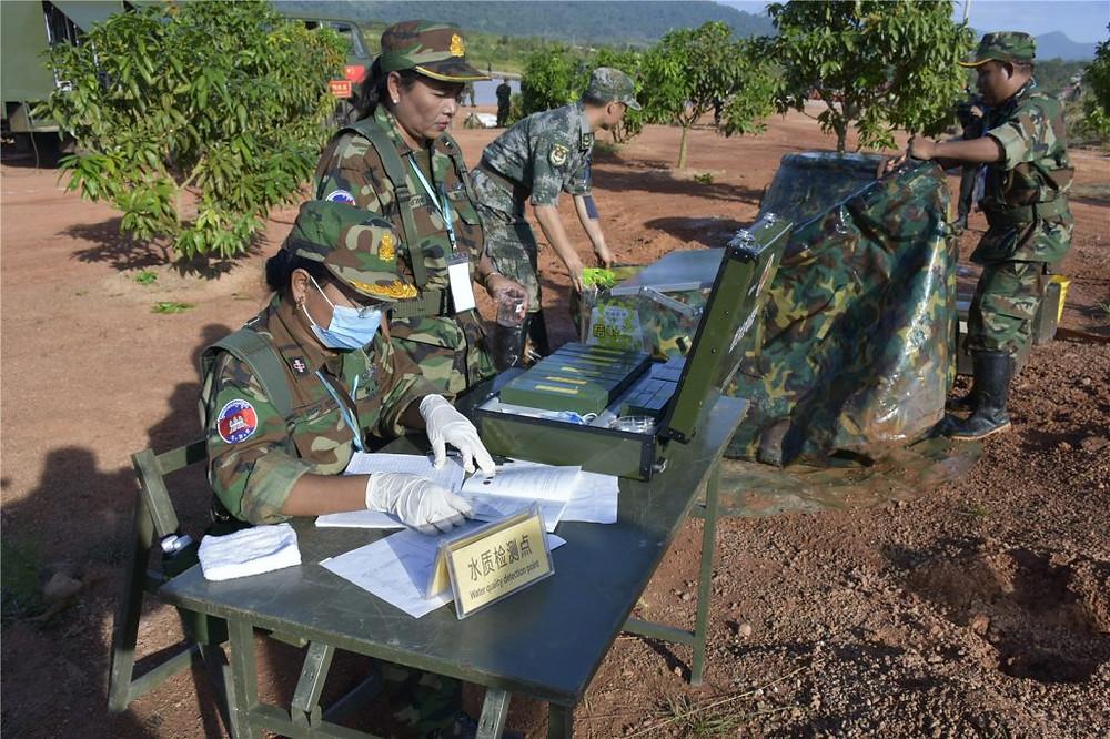 Des soldats de l'ARC et de l'APL chinois travaillent ensemble sur un site de secours médical lors de l'exercice conjoint d'aide humanitaire et de secours aux sinistrés (HADR) «Golden Dragon 2016» Chine-Cambodge