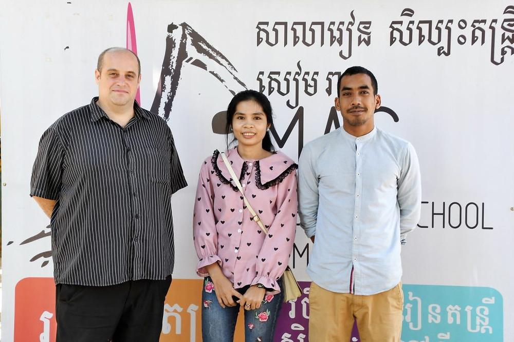 De gauche à droite : Alexandre Scarpati, fondateur et directeur de la Music Art School ; Leakhena, sa secrétaire ; et Metrisak Moun, organisateur du festival.