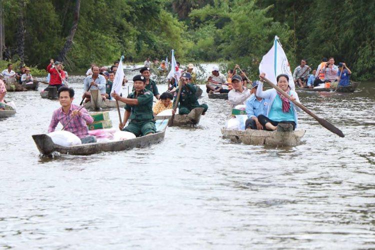 Distribution de dons à Kampong Cham