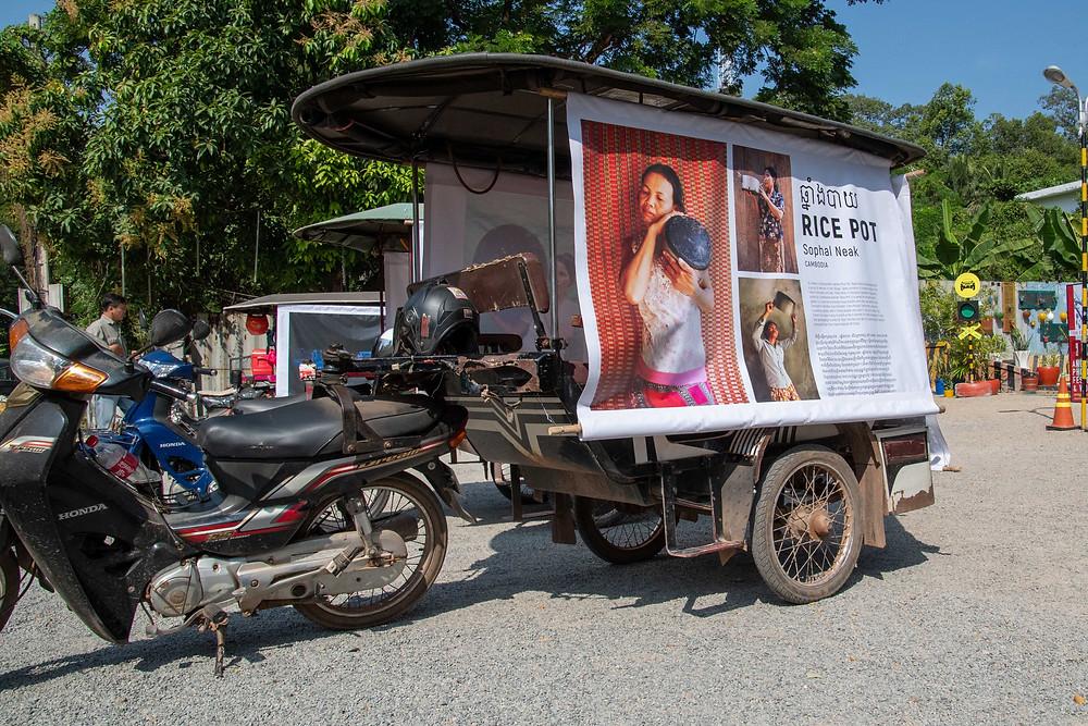 Un tuktuk présentant les images de Sophal Neak