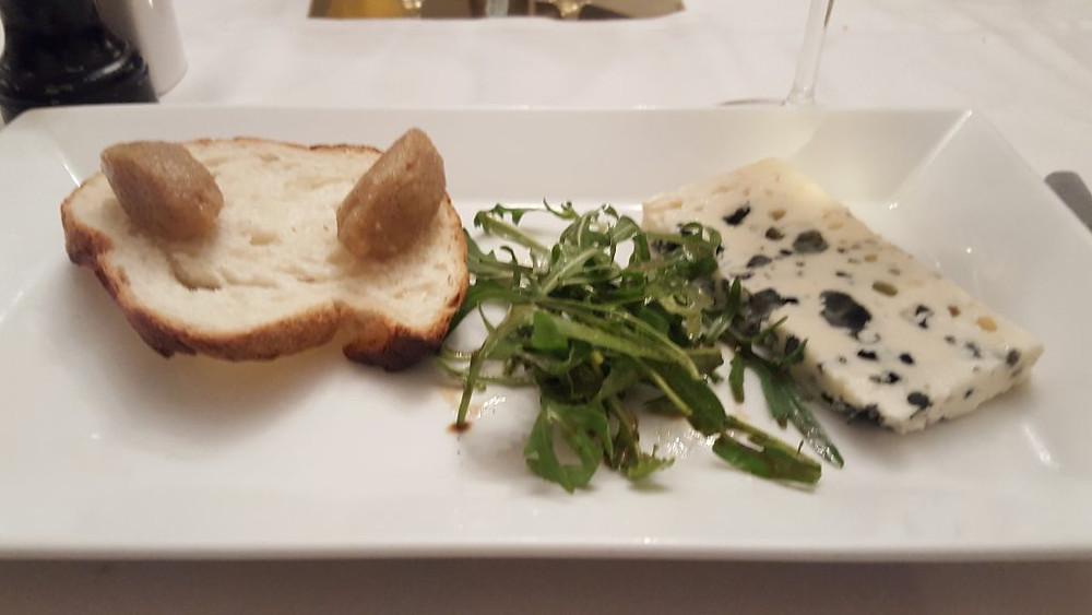 Roquefort, beurre de noix et pain de campagne maison (photo : Pascal Médeville)