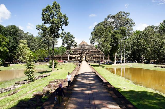 Le temple-montagne du Baphuon. Photographie par Miguel Vicente Martínez (cc)