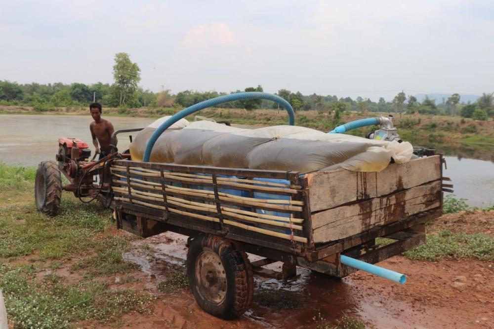 Certains villageois viennent de très loin pour pomper de l'eau