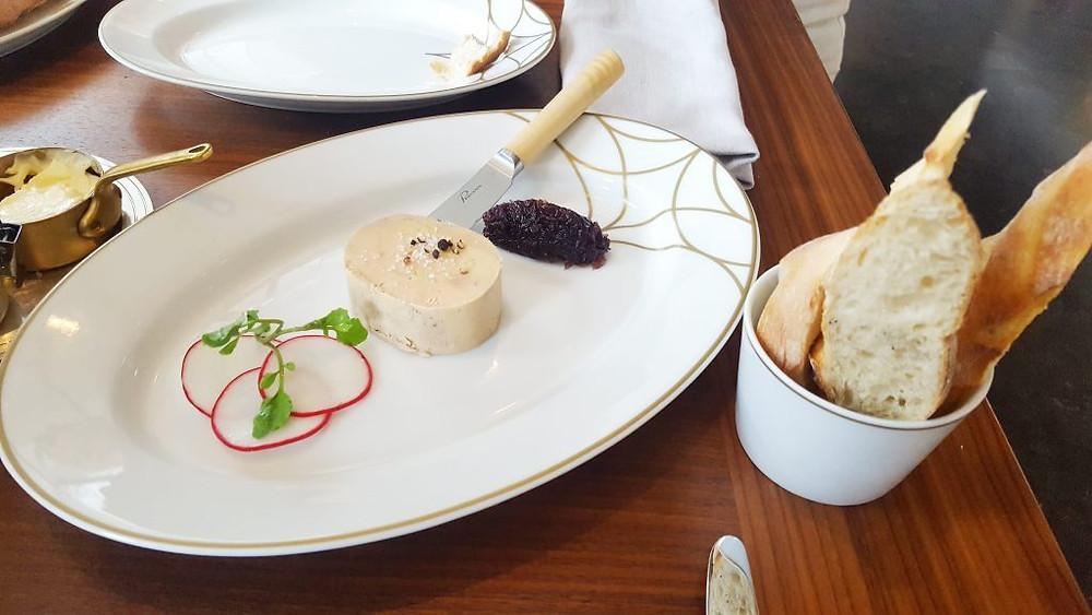 Foie gras, confiture d'oignon et baguette grillée