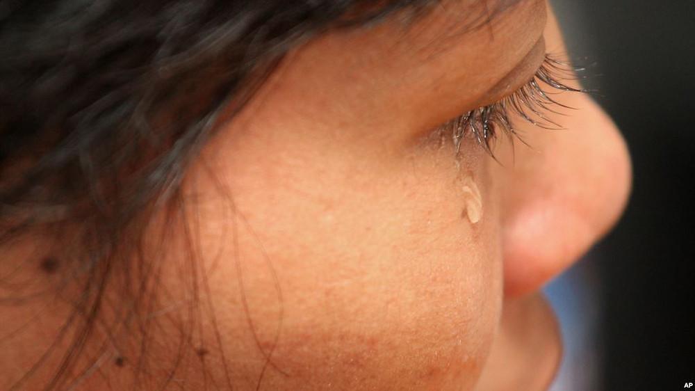 Sur cette photo prise le mardi 16 août 2011, la domestique cambodgienne Hok Pov, 31 ans, pleure alors qu'elle parle lors d'une interview à Petaling Jaya, près de Kuala Lumpur, en Malaisie. Elle fait partie des 41 jeunes filles cambodgiennes qui ont été sauvées cette année par des défenseurs des droits de l'homme malaisiens, qui mettent en garde contre l'augmentation des abus et de l'exploitation en raison d'une loi inadéquate pour les protéger.