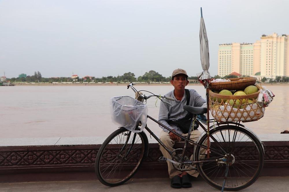Vendeur à vélo sur les berges