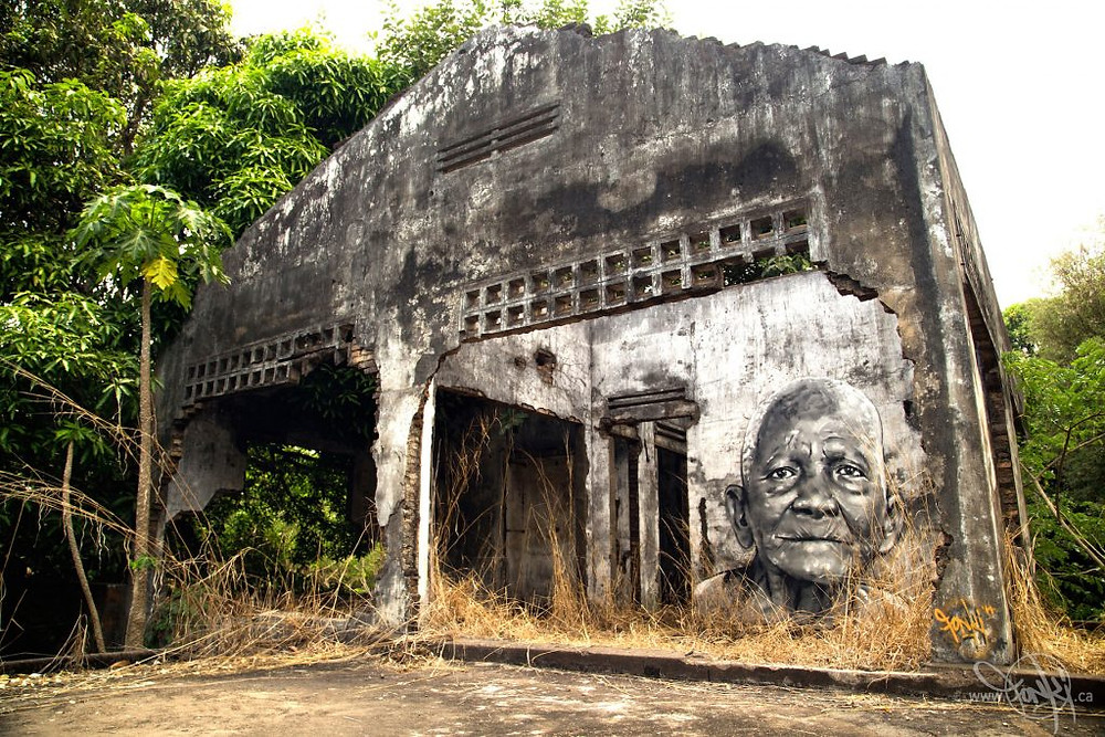 Oeuvre de Fonki sur les murs d'une maison coloniale
