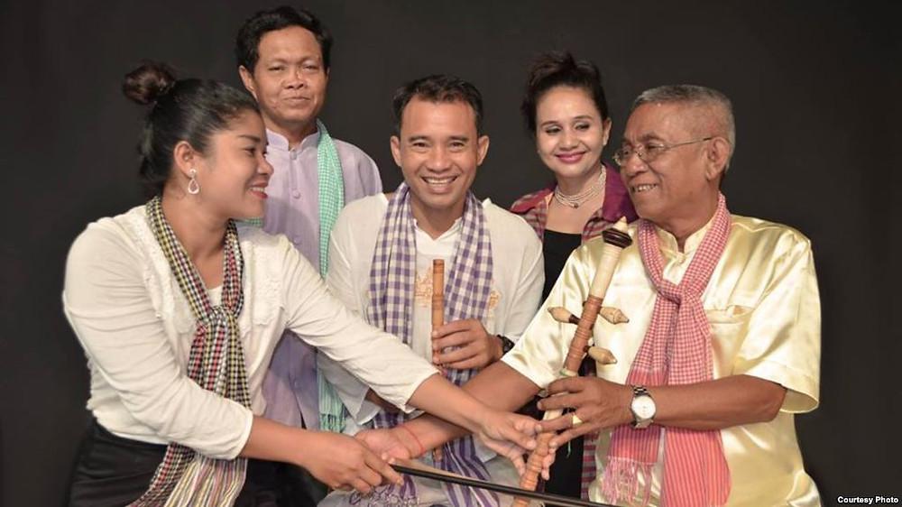 Artistes cambodgiens de Khmer Magic Music Bus. De gauche à droite: Seyma Thorn; Savang Thoch; Arn Chorn-Pond, fondateur de Cambodian Living Arts, Mao Men; et le maître artiste Mann Men. Photographie fournie