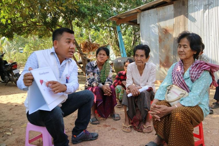 Un travailleur de santé MSF conduit une séance de sensibilisation sur l'hépatite C dans un village au Cambodge. © Simon Ming/MSF