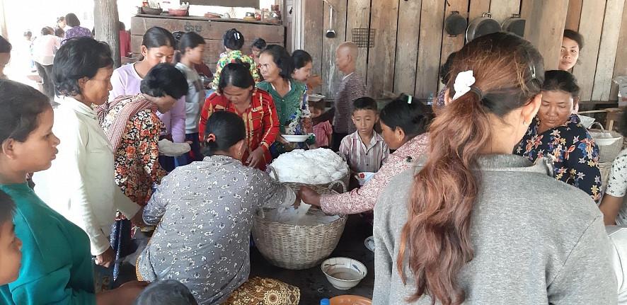 Les gens partagent de la nourriture lors des célébrations de la Journée internationale de la femme à Kampong Chhnang. Environ 100 personnes ont participé à des événements dans la province