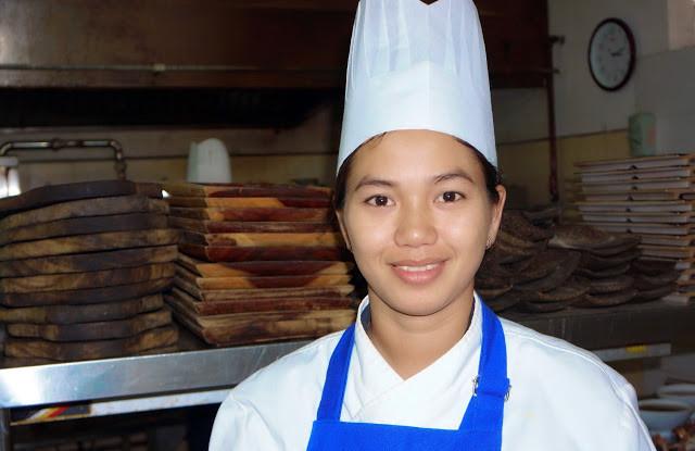 Cheam Borey, 23 ans, chef des desserts, originaire de Phnom Penh, travaille au Malis depuis trois ans.