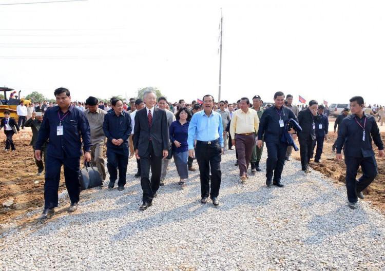 Le Premier ministre Samdech Techo Hun Sèn , Premier ministre du Royaume du Cambodge, et Horinouchi Hidehisa, ambassadeur du Japon au Cambodge, présidaient ce lundi matin la cérémonie d'ouverture du chantier de construction de la portion de la Nationale 5 de Battambang à Serey Sophorn