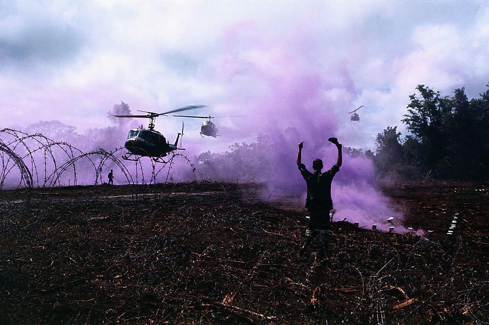 Atterrissage d'un hélicoptère américain au Cambodge. Photographie Man Hai (cc)