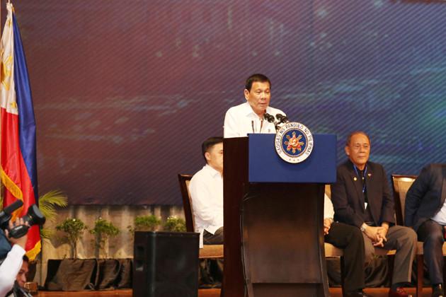 Le Président Duterte devant les Philippins du Cambodge
