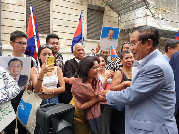 bain de foule avec des membres de la diaspora cambodgienne