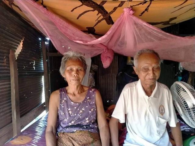 Krouch Kroeun et son épouse dans sa petite maison de la province de Battambang. Photo fournie.