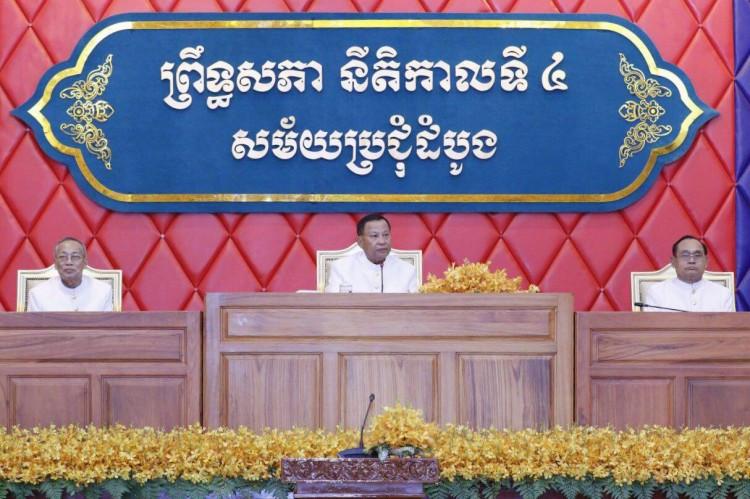 les 62 nouveaux sénateurs ont élu Samdech Vibol Sena Pheakdei Say Chhum (au centre) en tant que président du Sénat de la 4e législature