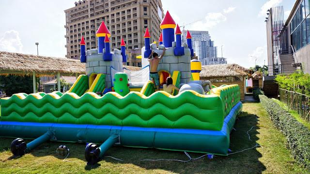 Château gonflable pour les petits, qui attire aussi les plus grands...
