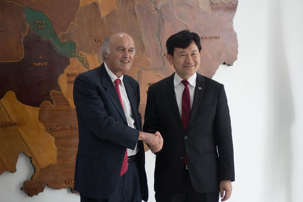 Jean-Paul de Gaudemar et S.E Dr. Chhiv Yiseang à la fin de la réunion