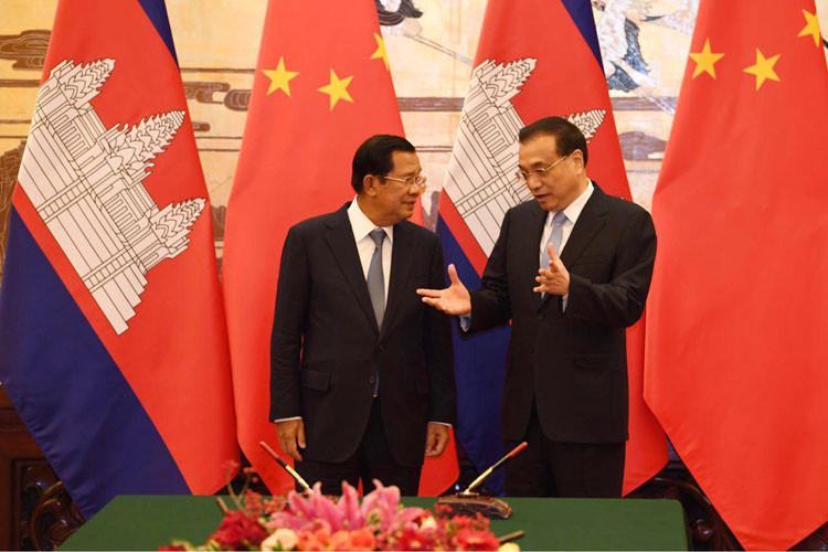 Le Premier ministre cambodgien, Samdech Akka Moha Sena Padei Techo Hun Sèn, et son homologue chinois, Li Keqiang, honorent de leur présence la cérémonie de signature de huit documents de coopération entre le Cambodge et la Chine tenue le 22 janvier à Pékin, en Chine