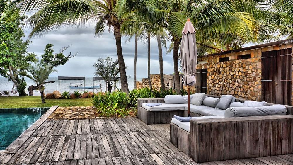 Le Knai Bang Chatt est un hôtel situé sur une plage orientée à l'ouest, à dix minutes à pied du marché aux crabes, des bars, restaurants et boutiques de Kep, et à cinq minutes de la plage principale de Kep.