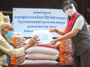 Cambodge & Santé : Remise de dons pour la centenaire de Takéo volontaire pour la vaccination