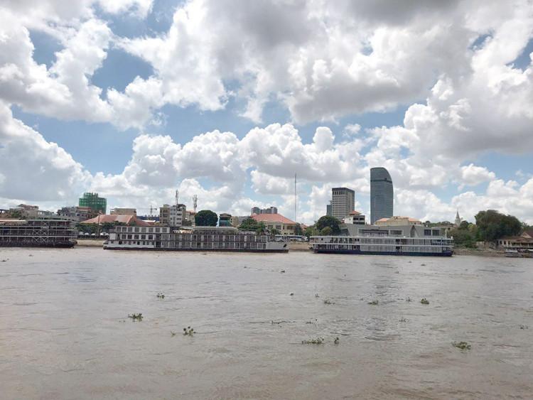 Vue actuelle des rives de Phnom Penh le long du Tonlé Sap, du Mékong et du Bassac...De Phnom Penh à la ville de Takhmao, province de Kandal, par le service de bateau public.