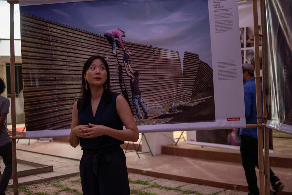 Hsia Yi Wen, responsable et commissaire des expositions de la World Press Photo Foundation, commente les œuvres exposées.