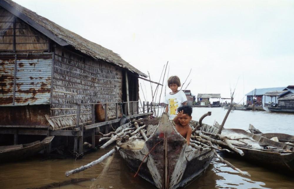 Enfants sur le Tonle Sap par Stanley Zimny