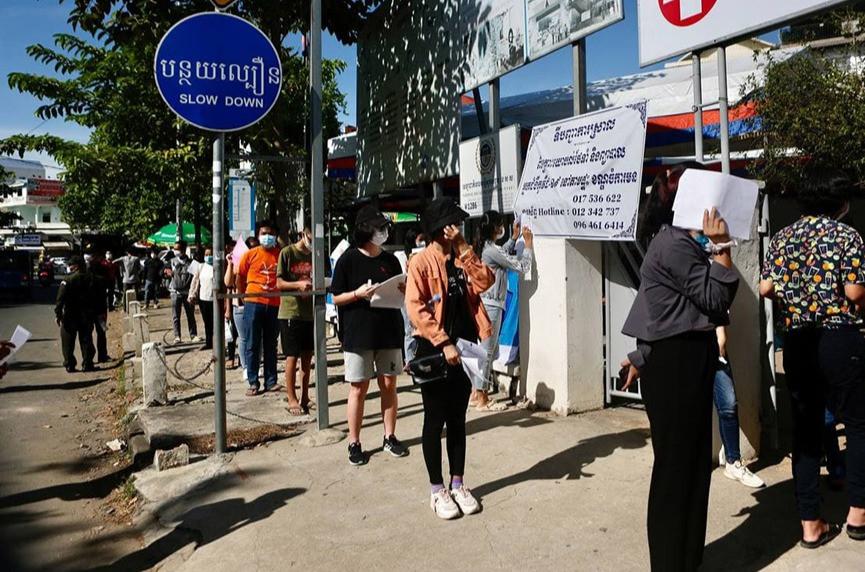 File d'attente devant un centre de vaccination (AKP)