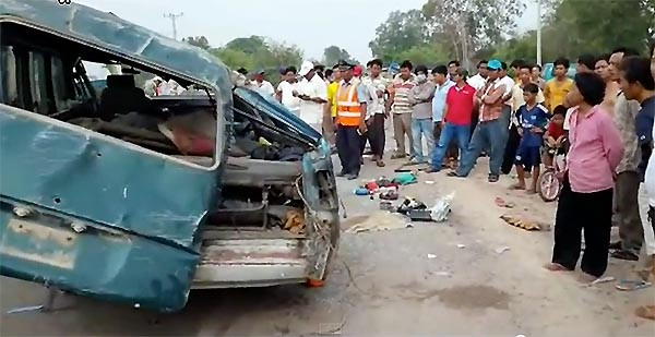 Une personne a été tuée et 20 ont été blessées lorsque leur minibus a été renversé dans la province du Mondulkiri.