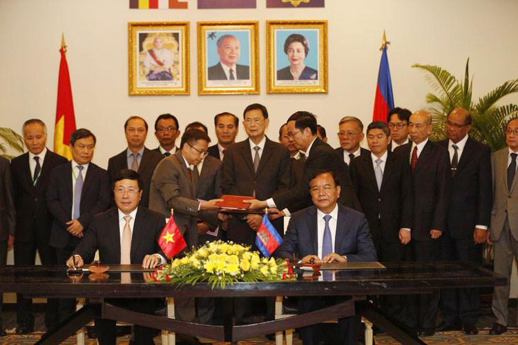 Le vice-Premier ministre Prak Sokhonn (droite, photo 1), ministre des Affaires étrangères et de la Coopération internationale du Cambodge, et son homologue vietnamien, Pham Binh Minh, signent le procès-verbal de la 17e Réunion de la Commission mixte Cambodge-Viet Nam sur la coopération économique, culturelle, scientifique et technologique, tenue ce matin, à Phnom Penh. Photo : Lanh Visal