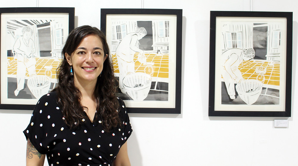Lauren Iida, fondatrice de l'Open Studio Cambodia, devant ses œuvres