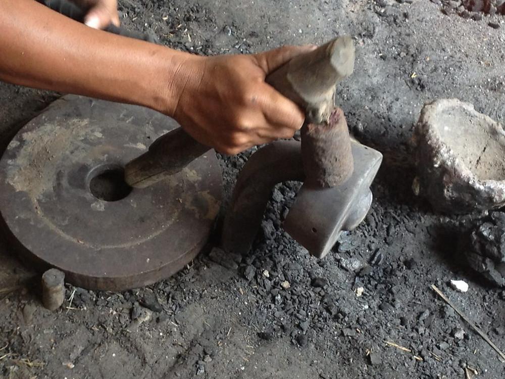 Gong en cours de façonnage