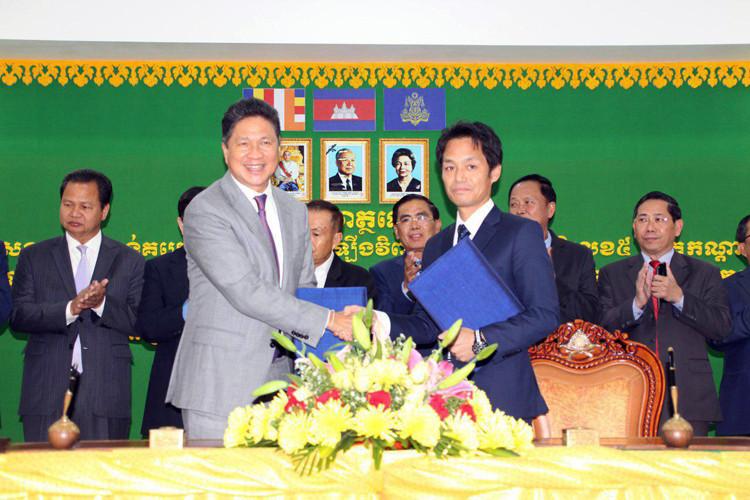 Les contrats ont été signés S.E. Sun Chanthol, ministre des transports, et les représentants des sociétés ILSUNG-CIENCO1, Obayashi Corporation et TEKKEN-IKEE
