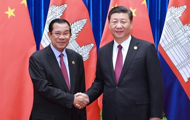 Le président chinois Xi Jinping et le Premier ministre cambodgien Samdech Techo Hun Sen à Beijing. (Xinhua)