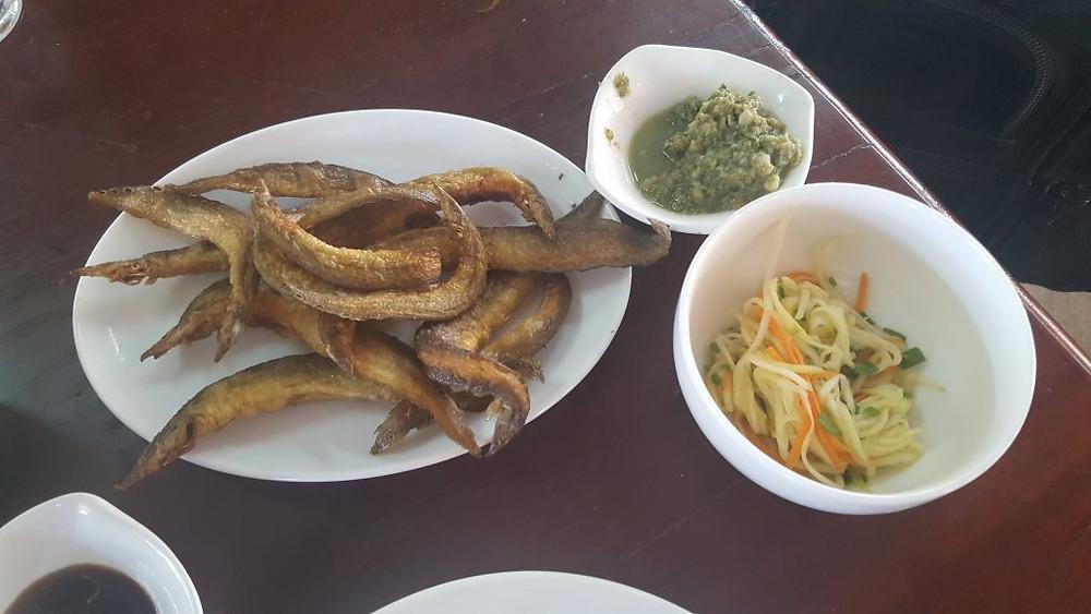 Friture d'anguilles paons avec accompagnement, dans un restaurant populaire de la RN5