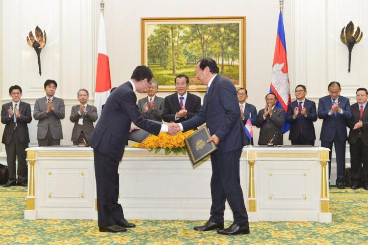 Le Premier ministre du Royaume du Cambodge, Samdech Akka Moha Sena Padei Techo Hun Sèn présidait ce matin à Phnom Penh la cérémonie de signature du procès verbal sur l'aide publique au développement du Japon au Cambodge entre le ministre d'Etat et ministre cambodgien des Affaires étrangères et de la Coopération internationale, Prak Sokhonn, et Taro Kono, ministre japonaise des Affaires étrangères.