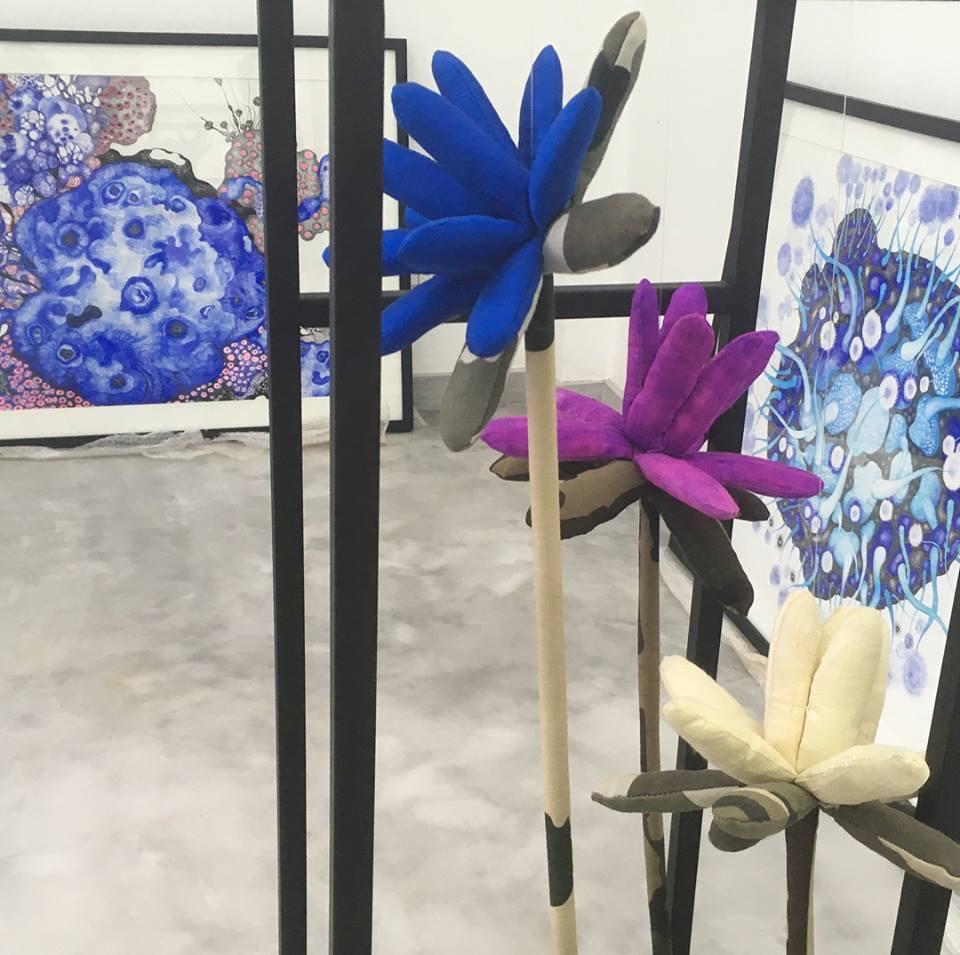 Mix du travail des deux artistes avec les tableaux de Yim Maline et les compositions de Svay Sareth.